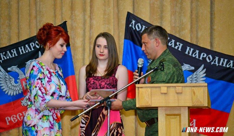 Глава ДНР вручил выпускникам медицинского вуза Донбасса российские дипломы